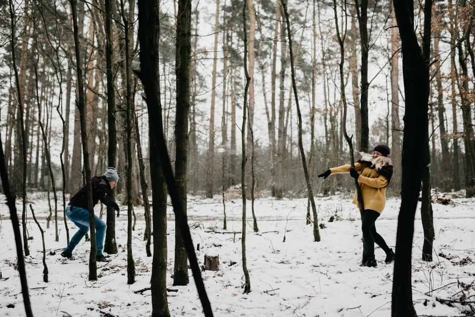 sesja narzeczeńska ze śnieżkami