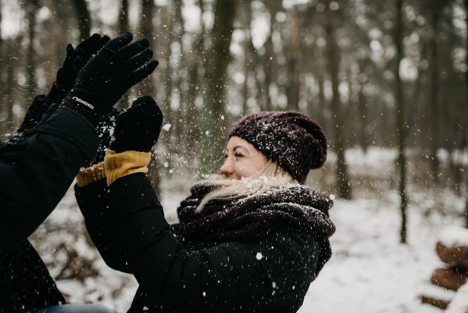 sesja narzeczeńska ze śniegiem
