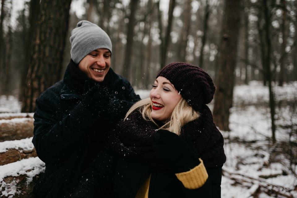 fotograf Szczecin, mróz, narzeczeństwo, sesja nad jeziorem, sesja narzeczeńska, Sesja plenerowa, sesja w lesie, sesja zimą, śnieg, zakochani sesja narzeczeńska zimą