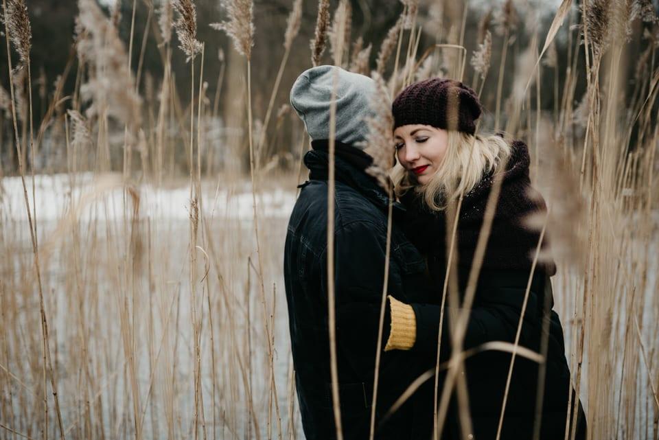 mróz, narzeczeństwo, sesja nad jeziorem, sesja narzeczeńska, Sesja plenerowa, sesja w lesie, sesja zimą, śnieg, zakochani zimowa sesja narzeczeńska