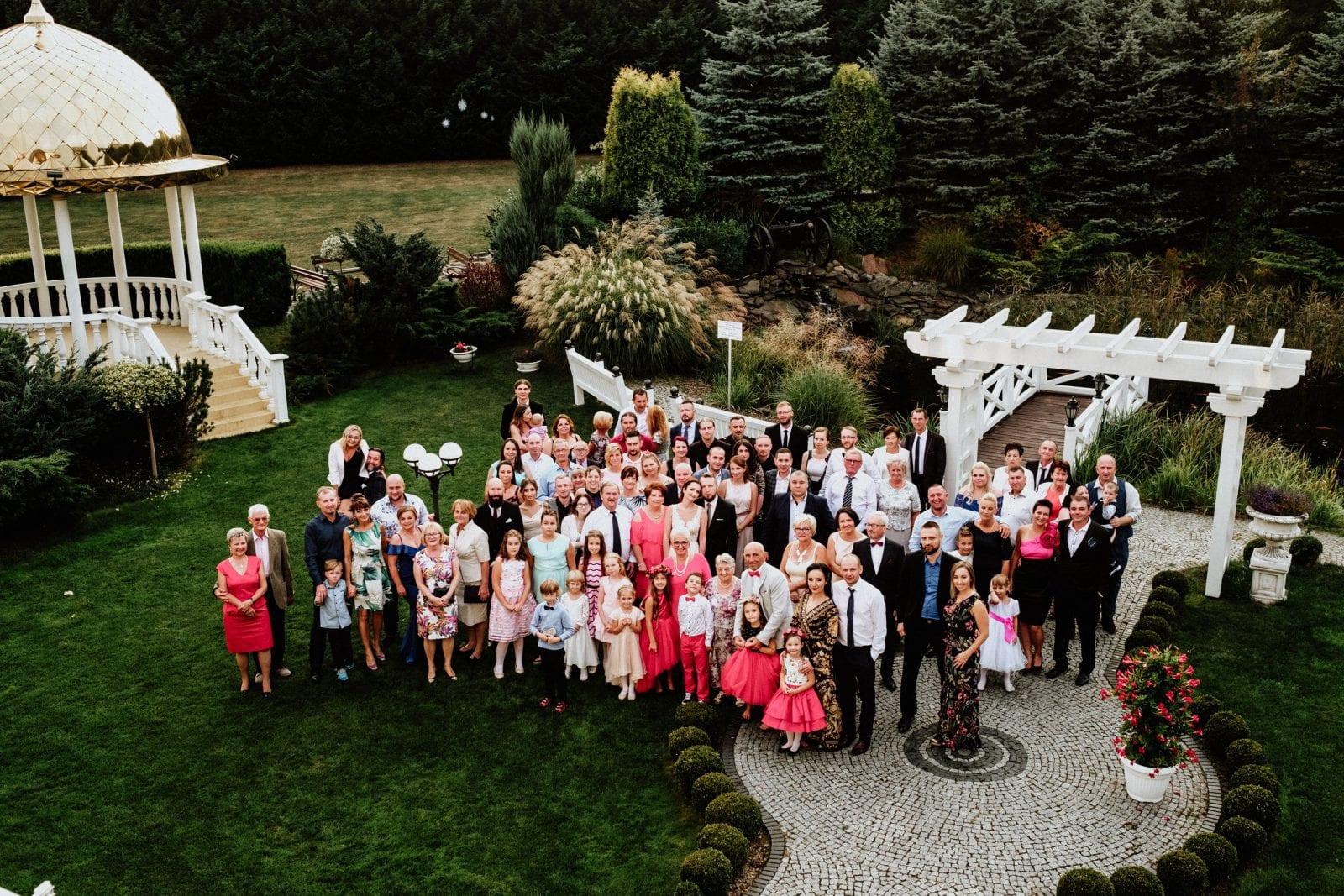 zdjęcie grupowe na ślubie w Dworek Hetmański
