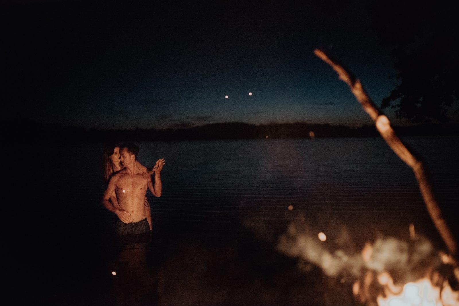 sesja nad jeziorem, sesja narzeczeńska, sesja narzeczeńska Szczecin, sesja partnerska, sesja przy ognisku, sesja w wodzie Sesja partnerska po zachodzie słońca