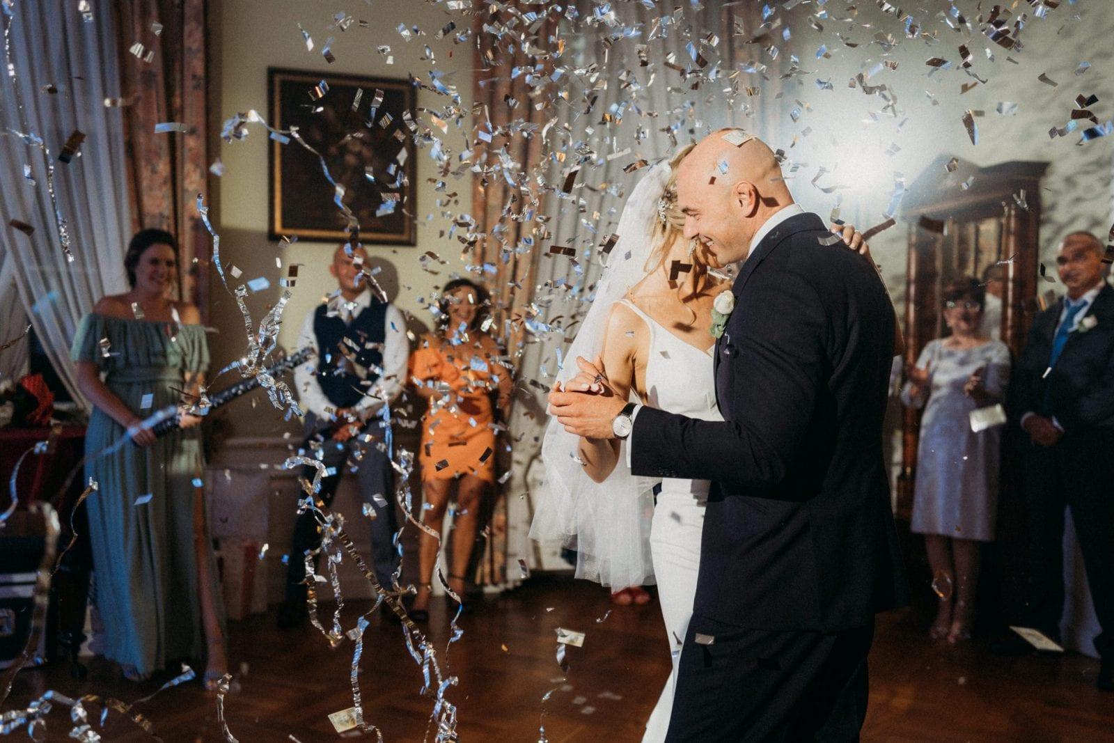 Pałac Mierzęcin konfetti na pierwszym tańcu