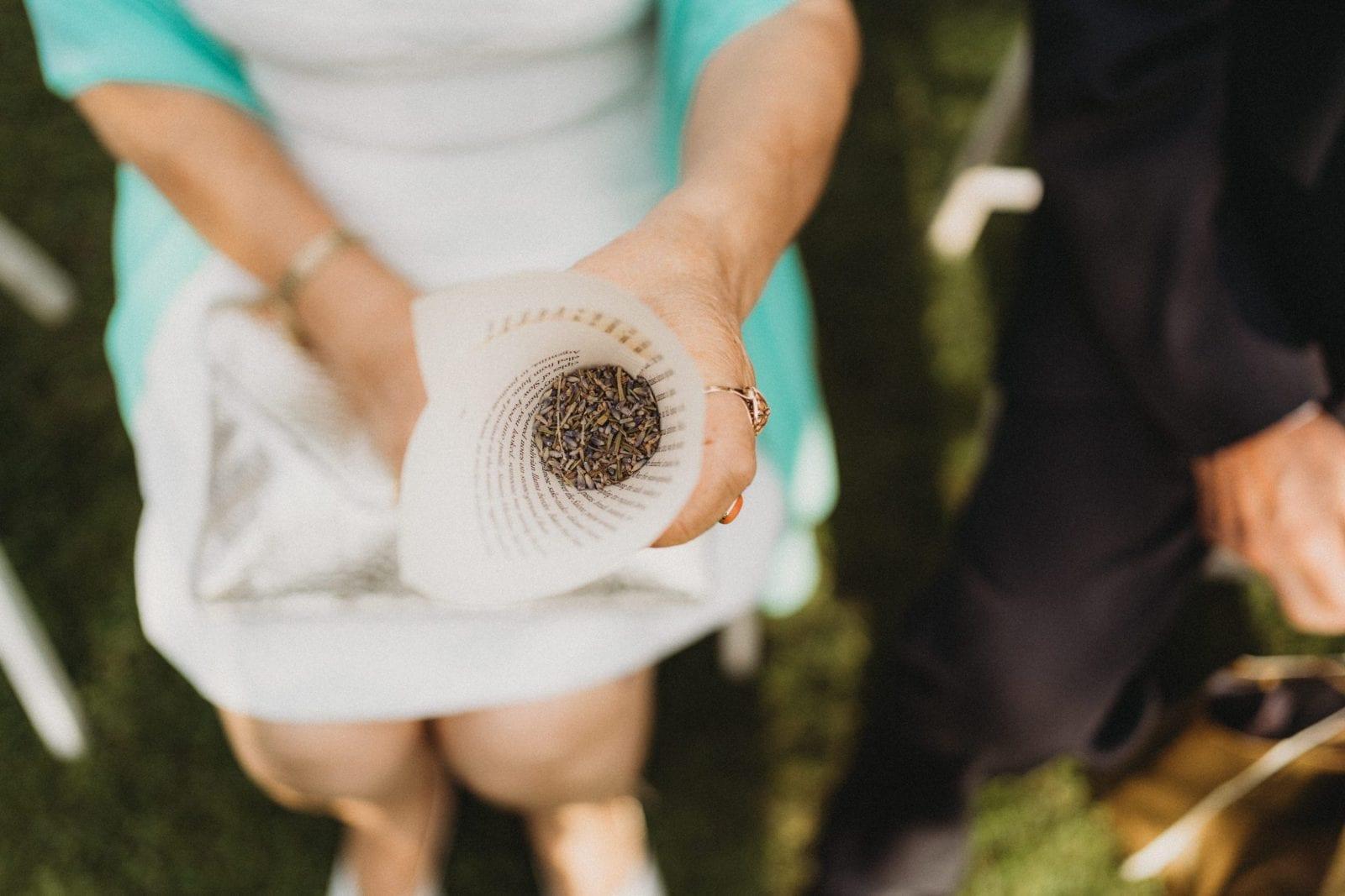 czym sypać na weselu