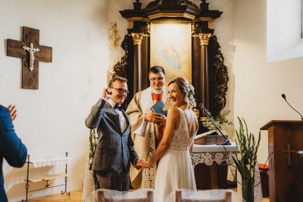 ślub w starym kościele wesele w stodole, Folwark w plenerze