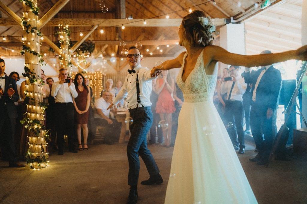 pierwszy taniec na weselu w stodole