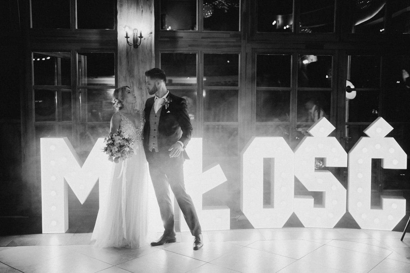 napis MIŁOŚĆ na wesele w Młynie nad Starą Regą